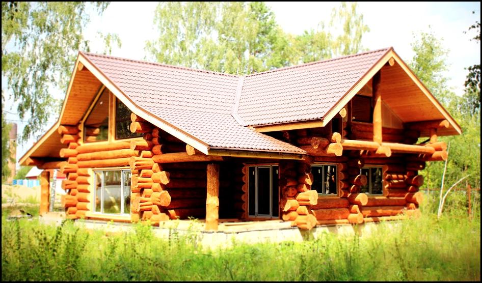 И в нашей стране, и за ее пределами в строительстве деревянных домов используют оцилиндрованное бревно.