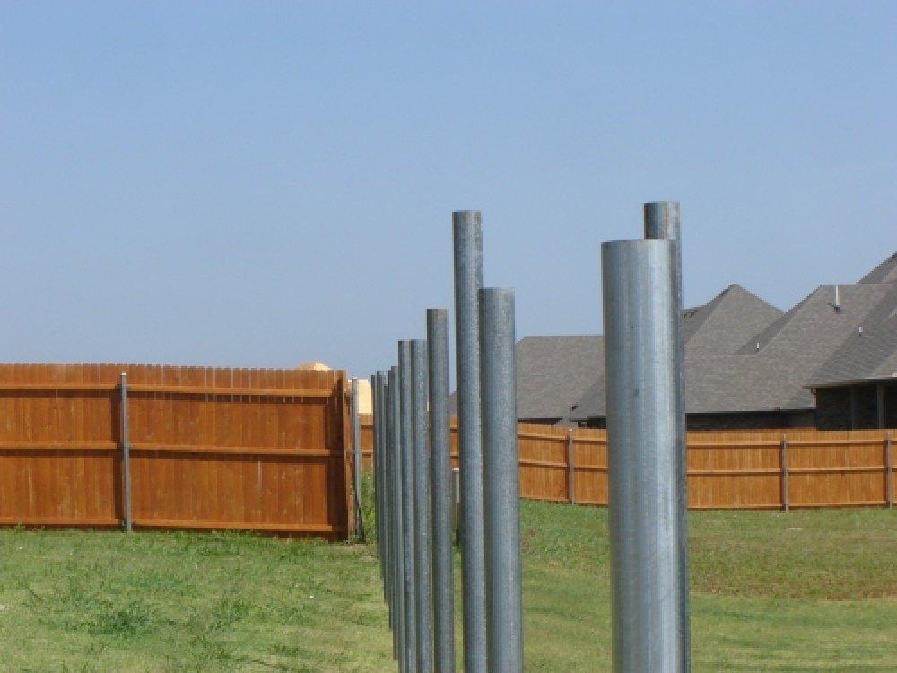 Продажа качественных строительных материалов: столбы для забора и сетка штукатурная